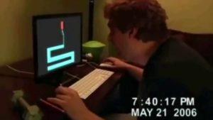 Ragazzo rompe monitor del PC mentre gioca